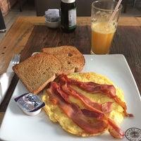 Das Foto wurde bei Café Kairós von Suzanne M. am 9/28/2017 aufgenommen