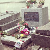 Photo taken at Tombe de Jim Morrison by LizaZoom on 8/27/2013