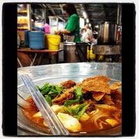 Foto tirada no(a) Lee Huat Cafe (利发茶室) por CheeKeong N. em 1/8/2013