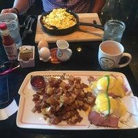 รูปภาพถ่ายที่ Breakfast Republic โดย Mariel G. เมื่อ 9/23/2017