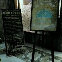 Photo taken at Kedai Khas Sunda SUKAHATI by Dody S. on 10/3/2016