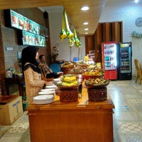 Photo taken at Kedai Khas Sunda SUKAHATI by Dody S. on 7/18/2016