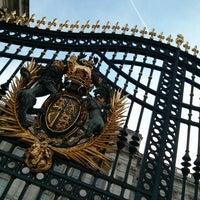 Photo taken at Buckingham Palace by Biel G. on 7/15/2013