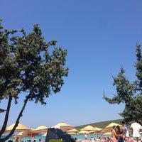Photo taken at Quente Beach Club by Aslı Ç. on 7/14/2013