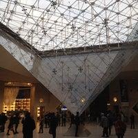 Foto tirada no(a) Pyramide Inversée du Carrousel por Kevin K. em 11/11/2013