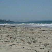 Foto tirada no(a) Breakers Beach por Brian E. em 5/18/2013