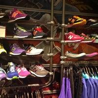 Foto tirada no(a) New Balance NYC Flagship Store por Sonja S. em 6/11/2013