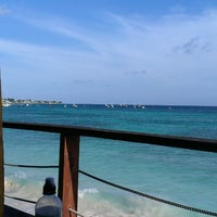Foto scattata a Surfers Cafe da Tony C. il 7/14/2013