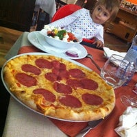 Photo taken at Pizzeria Maestro by Ena on 9/25/2014