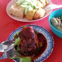 Photo taken at Kuih Udang + Nasi Ayam Tepi Padang,semenyih by Farhana F. on 10/29/2013