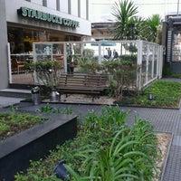 Foto tirada no(a) Starbucks por Saskya C. em 4/16/2013
