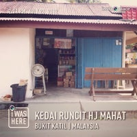 Photo taken at kedai runcit hj mahat by Nazry K. on 1/14/2013