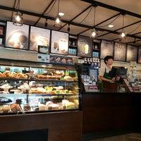 Foto tirada no(a) Starbucks por Nut N. em 4/19/2017