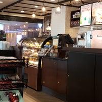 Foto tirada no(a) Starbucks por Nut N. em 7/26/2017