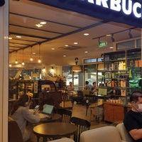 Foto tirada no(a) Starbucks por Nut N. em 5/26/2017