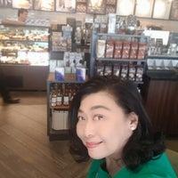 Foto tirada no(a) Starbucks por Nut N. em 1/1/2018