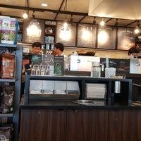 Foto tirada no(a) Starbucks por Nut N. em 8/22/2017