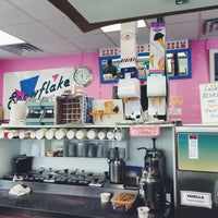 Photo taken at Snowflake Ice Cream Shoppe by Zak S. on 9/5/2016