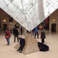 Foto tirada no(a) Pyramide Inversée du Carrousel por Jay J. em 11/10/2013
