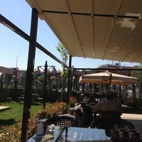Das Foto wurde bei Alya Garden Restaurant Cafe von Cemalettin A. am 4/27/2013 aufgenommen