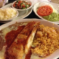 รูปภาพถ่ายที่ La Nopalera Mexican Restaurant โดย Rob T. เมื่อ 6/24/2013