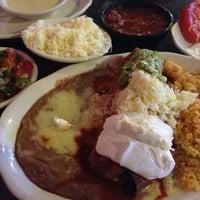 รูปภาพถ่ายที่ La Nopalera Mexican Restaurant โดย Rob T. เมื่อ 6/28/2013