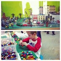 Снимок сделан в GameBrick. музей-выставка моделей из кубиков LEGO пользователем Anastasiya C. 9/15/2013