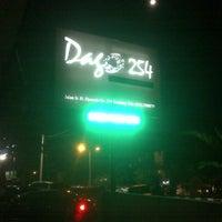 Foto tomada en Dago 254 Bar & Restaurant (Cloud 9) por Doan T. el 9/14/2013