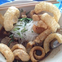 Photo taken at ก๋วยเตี๋ยวเรือลุงเอื้อน By วรรณ Spicy Stock Noodle (Kuai-Teaw Nam-Tok). by David Tawan T. on 3/30/2013