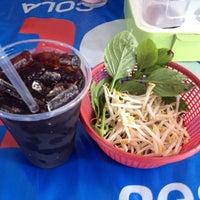 Photo taken at ก๋วยเตี๋ยวเรือลุงเอื้อน By วรรณ Spicy Stock Noodle (Kuai-Teaw Nam-Tok). by David Tawan T. on 10/20/2013