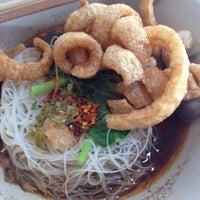 Photo taken at ก๋วยเตี๋ยวเรือลุงเอื้อน By วรรณ Spicy Stock Noodle (Kuai-Teaw Nam-Tok). by David Tawan T. on 2/23/2014