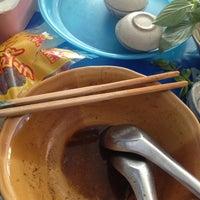 Photo taken at ก๋วยเตี๋ยวเรือลุงเอื้อน By วรรณ Spicy Stock Noodle (Kuai-Teaw Nam-Tok). by David Tawan T. on 1/19/2013