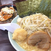 Photo taken at 横浜家系ラーメン 魂心家 日テレ通り店 by Tomoya S. on 8/30/2017