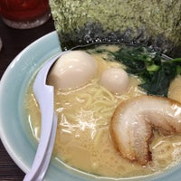 Photo taken at 横浜家系ラーメン 魂心家 日テレ通り店 by Tomoya S. on 4/3/2017