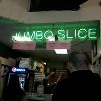 Das Foto wurde bei Jumbo Slice Pizza von Laura D. am 4/26/2013 aufgenommen