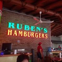 Das Foto wurde bei Ruben's Hamburgers von B.lo L. am 7/13/2015 aufgenommen