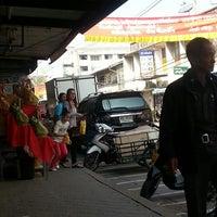 Photo taken at ตลาดสดสีคิ้ว by Pansakorn R. on 1/24/2014