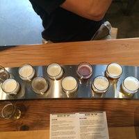 Das Foto wurde bei 10 Barrel Brewing von Lyndi A. am 9/1/2015 aufgenommen
