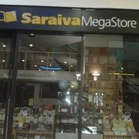 Foto tirada no(a) Saraiva Mega Store por Rogerio A. em 5/1/2013