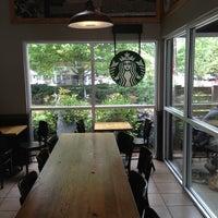 Foto tirada no(a) Starbucks por O S. em 5/18/2013
