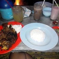 Photo taken at Seafood Lesehan Mbak Imah by Asli S. on 1/31/2014