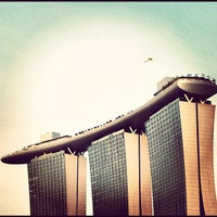 Foto tirada no(a) Marina Bay Sands Boardwalk por Hugo C. em 9/17/2012