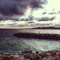 Foto tirada no(a) Praia de Santo Amaro de Oeiras por Nuno C. em 12/28/2012