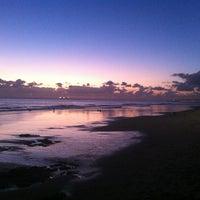 Foto tirada no(a) Praia de Carcavelos por Nuno C. em 12/26/2012