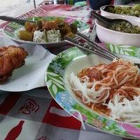 รูปภาพถ่ายที่ ขนมจีน โกจ้อย โดย im4most 태. เมื่อ 10/18/2013