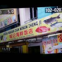 Photo taken at Kedai Makan Dan Minum Zheng Ji 成记烧腊鸡饭 by Janinne L. on 3/9/2014