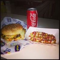 Photo taken at Boa's Burger by Felix C. on 4/12/2013