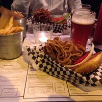 Foto scattata a Tizzy's NY Bar & Grill da themanwiththeluggage il 11/24/2013