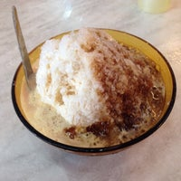 Photo taken at Swee Kang Ais Kacang (瑞江紅豆冰) by Natasha N. J. on 8/20/2014