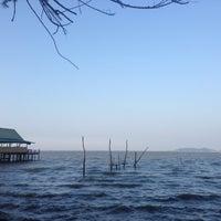 Photo taken at ร้าน 333 หาดแหลมโพธิ์ by Denduean P. on 3/20/2016